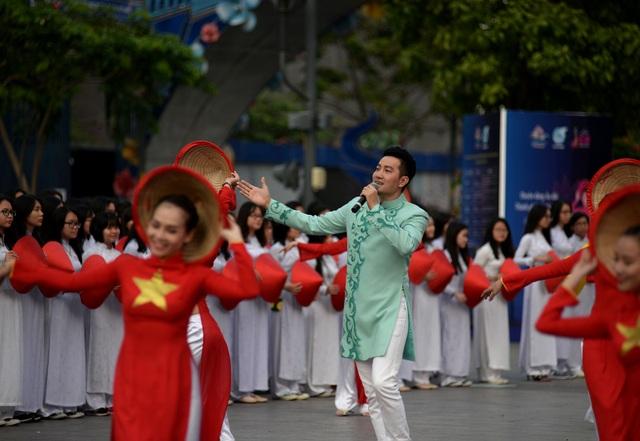Ca sĩ Phi Hùng tham gia cùng buổi trình diễn áo dài.