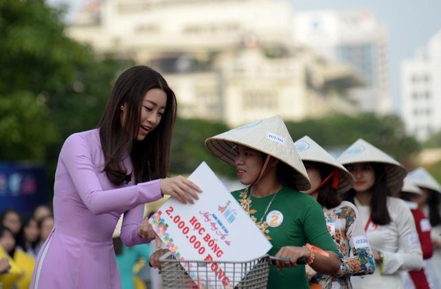Hoa hậu Mỹ Linh trao học bổng cho các bạn trẻ.