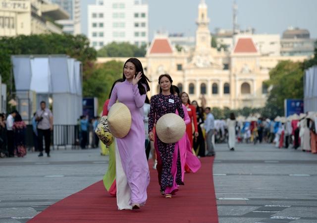 Hoa hậu Mỹ Linh sóng bước cùng mọi người.