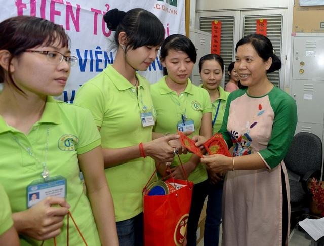 Nhà báo Lý Toàn Thắng- Trưởng đại diện VP TPHCM báo điện tử Dân trí trao quà tết cho các nhân viên, điều dưỡng bệnh viện Chợ Rẫy.