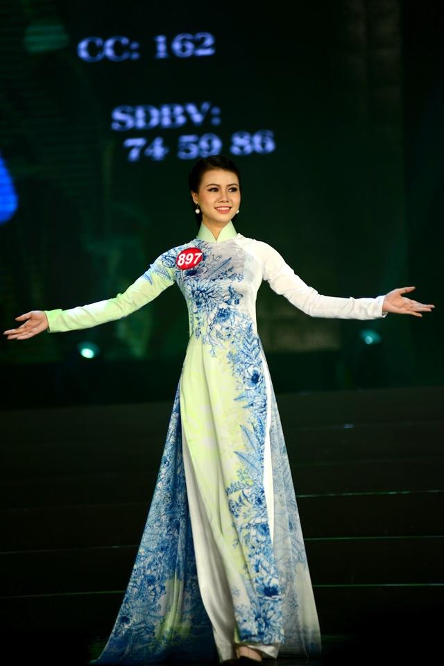 Các thí sinh với phần thi trình diễn áo dài truyền thống