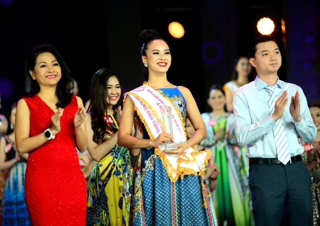 Nữ sinh năm cuối trường ĐH Ngoại thương rạng ngời khi được trao giải phụ Hùng biện tiếng Anh hay nhất và Nữ sinh tài năng