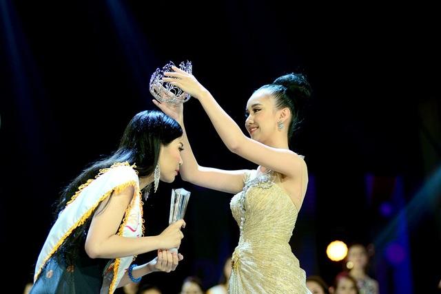 Thí sinh Thu Hà đạt danh hiệu Hoa khôi Sinh viên 2017