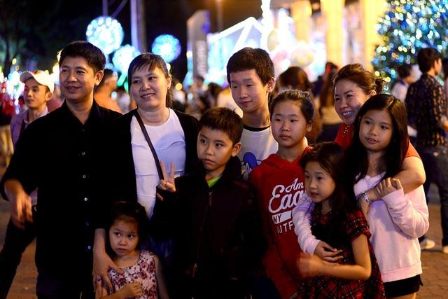 Cả gia đình cùng đi chơi và chụp hình.