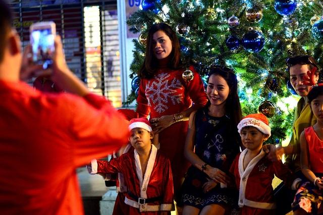 Những em bé trong bộ trang phục ông già Noel đang làm dáng để chụp hình.