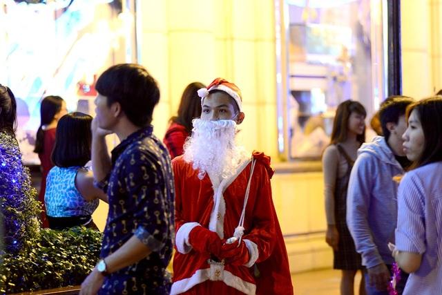 Đây cũng là dịp để nhiều bạn trẻ mặc trang phục ông già Noel đi bán kẹo, bong bóng...