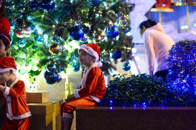 Nhiều em nhỏ dễ thương trong trang phục màu đỏ của ông già Noel.