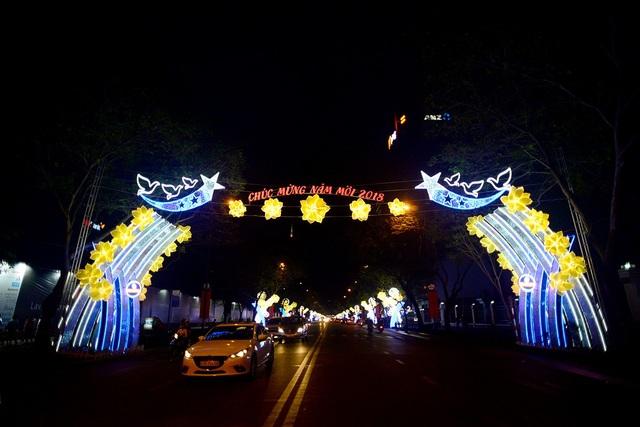 Các tuyến phố cũng bắt đầu trang trí chào đón Noel và năm mới.