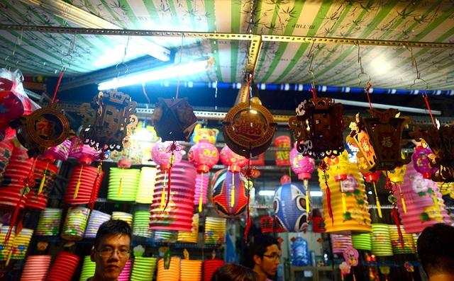 Những chiếc lồng đèn nhiều màu sắc và hình dáng được bày bán ở phố lồng đèn.