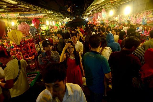 Tối 1/10, hàng nghìn người đổ về phố đèn lồng đường Lương Nhữ Học, quận 5, TPHCM.