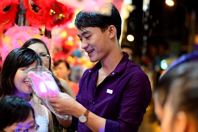 Nhiều bạn nam mua quà trung thu tặng cho bạn gái.