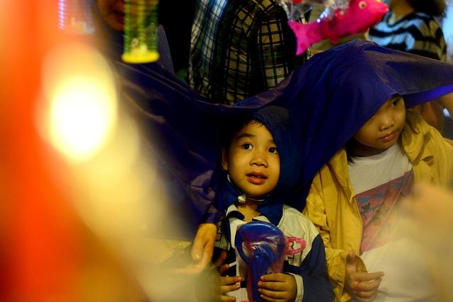 Những em nhỏ vừa thích thú, vừa lạ lẫm trước những chiếc đèn đầy màu sắc.
