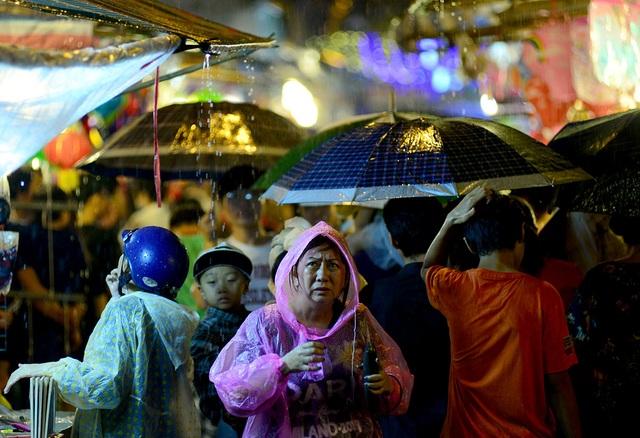 Cơn mưa lớn khiến người dân gặp khó khăn khi đang dạo chơi ở phố đèn lồng.