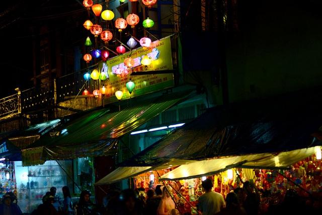 Các con phố ngập tràn lồng đèn đầy màu sắc.