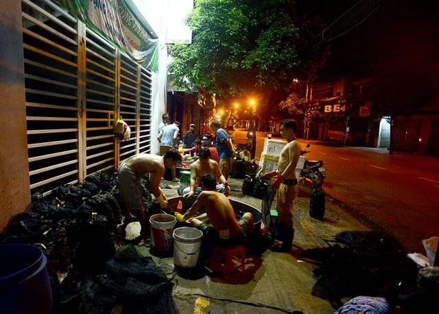 Chợ cua âm phủ nằm trên đường Cách Mạng Tháng 8 với khoảng chục hộ kinh doanh.