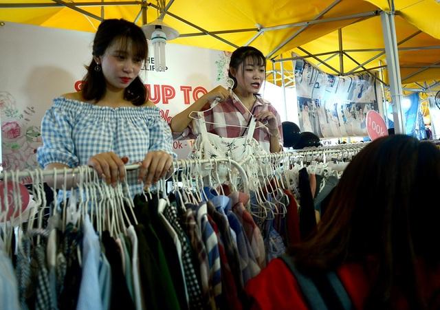 Các mặt hàng quần áo giảm giá từ 20-50% so với giá gốc.