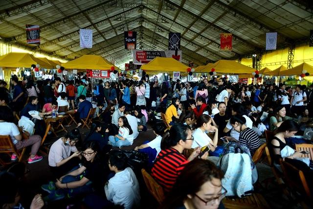 Hàng nghìn người dân Sài Gòn đổ xô đến các trung tâm thương mại, cửa hàng mua sắm để săn hàng giảm giá trong ngày Black Friday.