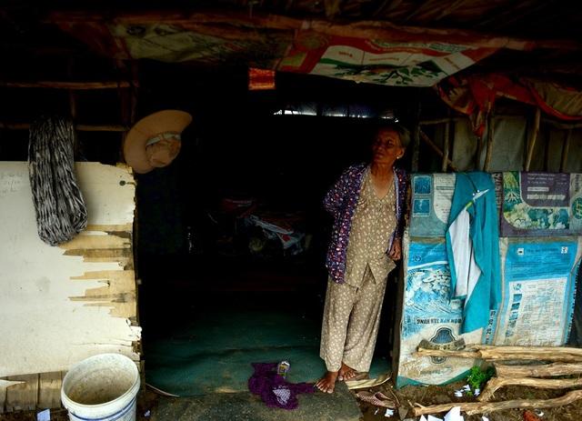 Bà Nguyễn Thị Ba, 74 tuổi, quê Cần Thơ là người có thâm niên lâu nhất ở xóm ngụ cư này. Từ khi có con cái lên phụ trồng bí, bà thường ở nhà lo chuyện ăn uống chờ các con về.