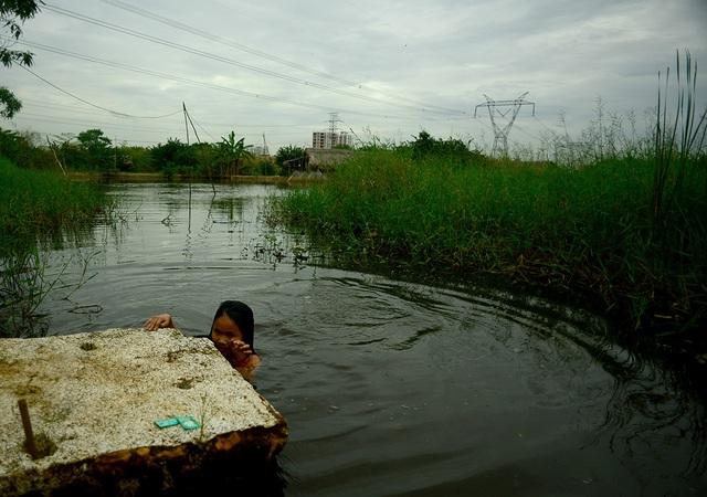 Những đứa trẻ có vẻ thích thú với cảnh bơi lội mỗi chiều lại trong nước ao. Trước ở quê em cũng toàn tắm nước sông, giờ lên đây tắm dưới ao thấy cũng bình thường, Trang, 12 tuổi chia sẻ.