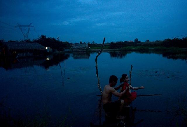 Vợ chồng anh Giữ, 34 tuổi, quê Cần Thơ gửi con nhà nội để lên đây làm thuê. Những ngày đầu tắm nước ao không quen nên ngứa lắm, nhưng không tắm nước này thì lấy nước đâu để tắm, anh Dữ nói.