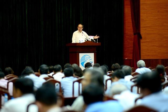 Hàng trăm cử tri tham dự và lắng nghe các phát biểu của Bí thư TPHCM về các vấn đề thắc mắc.