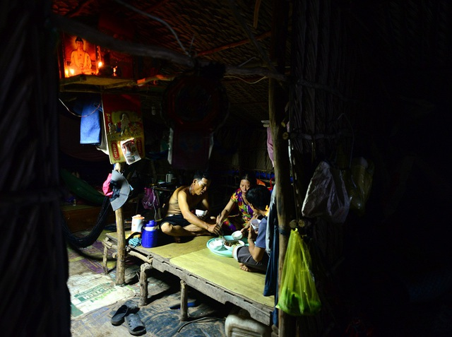 Những lúc cần thiết như ăn cơm mới bật điện, chứ bình thường phải tiết kiệm để xài được lâu, anh Nguyễn Văn Trí, 50 tuổi tâm sự.