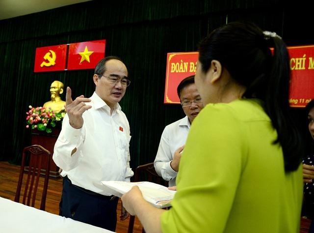 Bí thư Thành uỷ TPHCM Nguyễn Thiện Nhân thăm hỏi các cử tri sau buổi họp.
