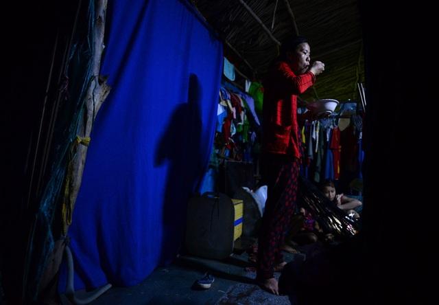 Những ánh đèn yếu ớt phát ra từ bình ắc quy là nguồn sáng duy nhất dành cho mọi sinh hoạt của các hộ dân.