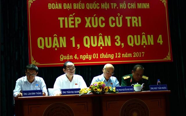 Đoàn đại biểu Quốc hội TPHCM do Chủ tịch nước Trần Đại Quang dẫn đầu lắng nghe ý kiến cử tri.