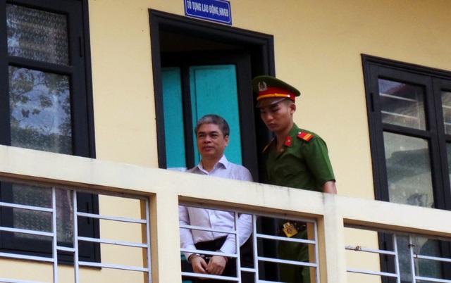 Bị cáo Nguyễn Xuân Sơn được đưa ra khỏi phòng tạm giữ đến phòng xét xử.