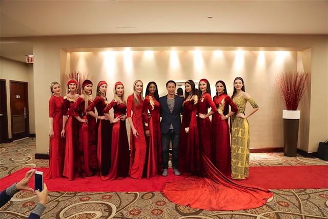 Đạo diễn Quang Tú và dàn người mẫu quốc tế trong tà áo dài Việt Nam đi trên thảm đỏ.