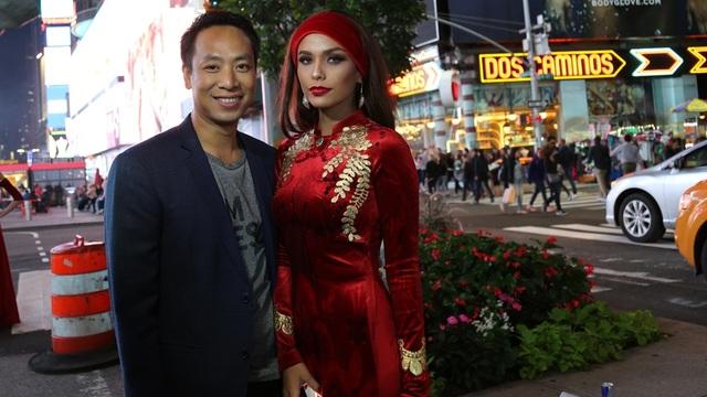 Người mẫu nước ngoài rất ấn tượng với những họa tiết thủ công tinh xảo được đính kết trên áo dài Việt.