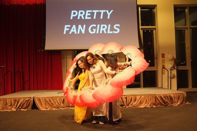 Tiết mục múa quạt truyền thống Việt Nam của nhóm Pretty Fan Girls.