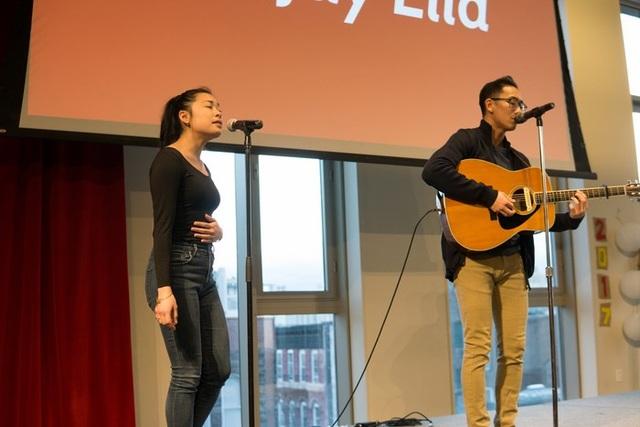 Hai bạn trẻ AreJay Ella and Martina San Diego với phần trình diễn song ca.
