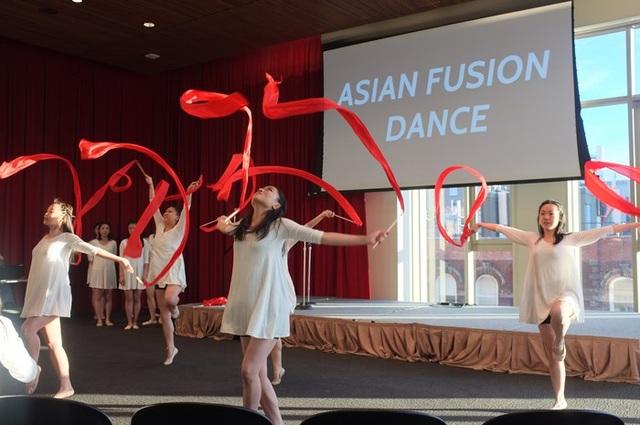 Nhóm Asian Fusion Dance mang đến đêm nhạc tiết mục múa đầy cuốn hút.