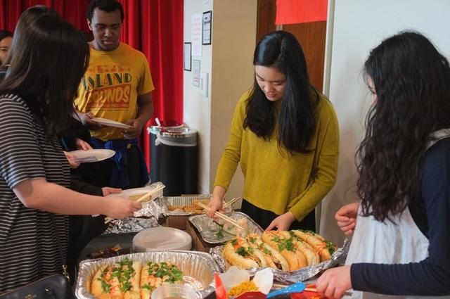 Tiệc ẩm thực khiến những du học sinh Việt và bạn trẻ quốc tế rất hài lòng.