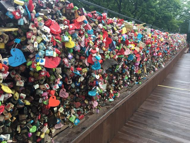 Trên mỗi ổ khóa đều có những dòng chữ yêu thương hoặc tên của những cặp tình nhân.