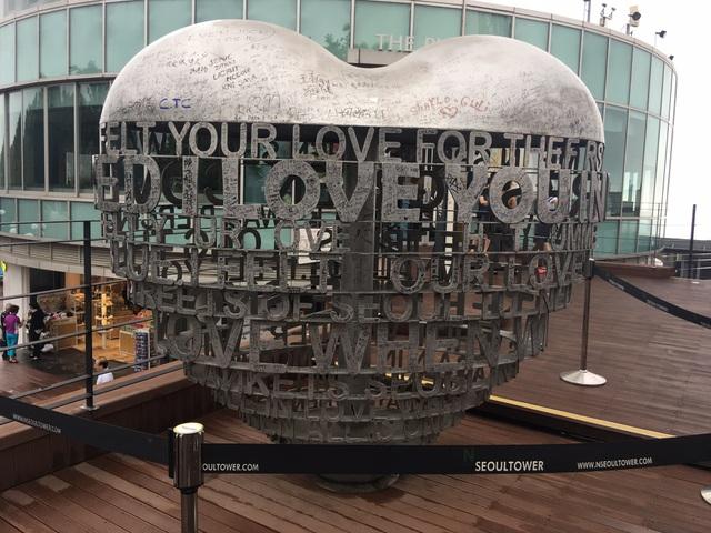 Trái tim bằng sắt có chứa những lời yêu thương và chữ ký của nhiều cặp tình nhân.