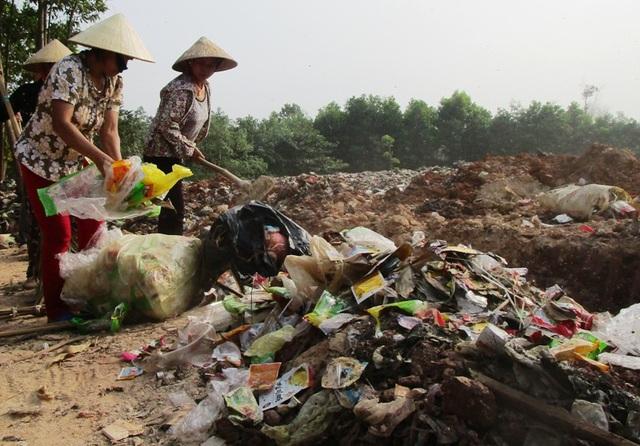 Người dân gom rác thải đổ ra đường