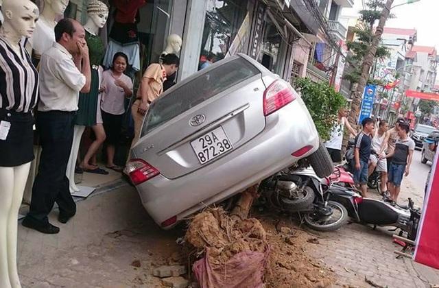 """Hà Nội: Ô tô con """"hạ gục"""" cây xanh, đè lên 4 xe máy trên vỉa hè - 1"""