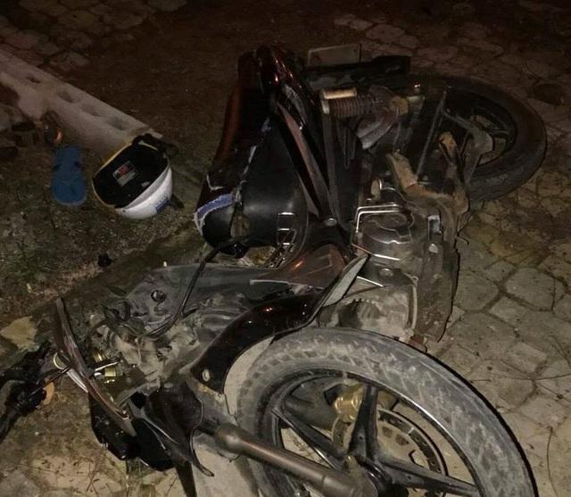 Chiếc xe máy của ông Thủy điều khiển bị đâm nát bét