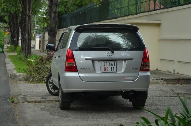 Một chiếc xe biển số ngoại giao cũng vô tư đậu trên vỉa hè, chiếm lối của người đi bộ