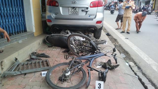 Những chiếc xe đầu tiên bởi cú tông mạnh nằm lại sau đuôi ô tô