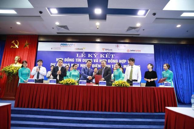 Ông Hồ Nam Tiến, Phó Tổng Giám đốc LienVietPostBank (đứng hàng trước, thứ Hai từ bên trái) đại diện cho Bưu điện Liên Việt tham gia Lễ Ký kết.