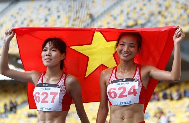 Phạm Thị Huệ và Nguyễn Thị Oanh ăn mừng chiến thắng ở đường đua 5000m, ảnh: Q.H