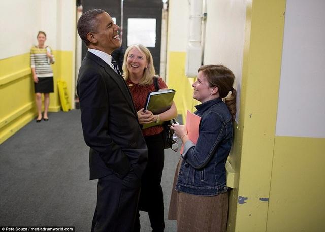"""Những bức ảnh chụp cựu Tổng thống Barack Obama đã được đưa vào nội dung cuốn sách """"Who thought this was a good idea"""" do cựu Phó Chánh Văn phòng Nhà Trắng Alyssa Mastromonaco viết và xuất bản. Alyssa là một trong những trợ lý thân cận nhất của ông Obama, gắn bó với nhà lãnh đạo Mỹ trong 10 năm. Trong ảnh: Cựu Tổng thống Obama cười """"thả ga"""" trong lúc trò chuyện với Alyssa khi nhà lãnh đạo Mỹ tham dự Tuần lễ thời trang Paris năm 2012."""