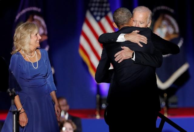 Tổng thống Obama ôm chặt Phó Tổng thống Joe Biden (Ảnh: Reuters)