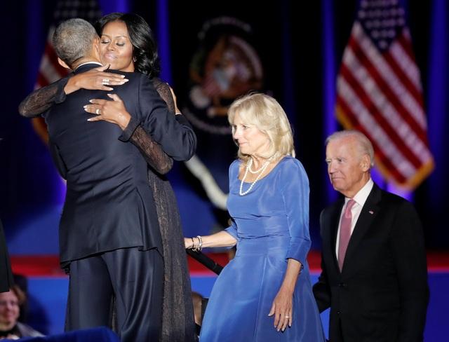 Vợ chồng ông Obama dành cho nhau cái ôm thật chặt (Ảnh: Reuters)