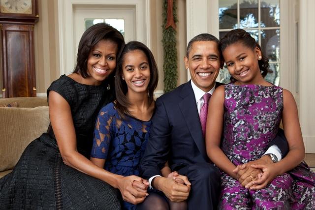 Tổng thống Obama và Phu nhân Michelle chụp ảnh cùng hai con gái, Malia và Sasha (Ảnh: Nhà Trắng)