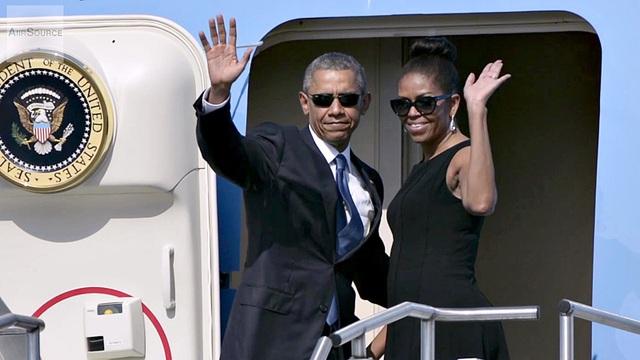 Tổng thống Mỹ Barack Obama và Đệ nhất Phu nhân Michelle trên chuyên cơ Air Force One. (Ảnh: Reuters)